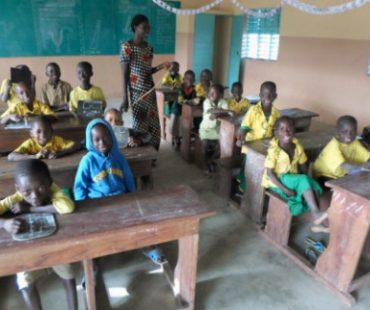 Niños y niñas de Sirarou disfrutando de sus nuevas aulas de estudios