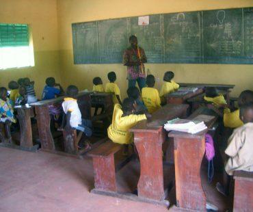 Clase en la Escuela Esteban, Sirarou, Benín.