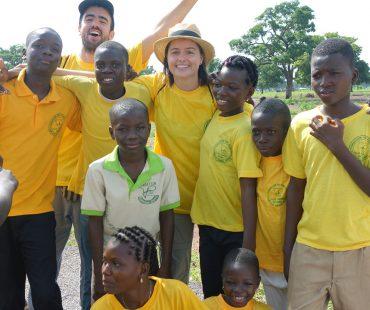 Voluntariado participando en actividades del proyecto con jóvenes de Sirarou