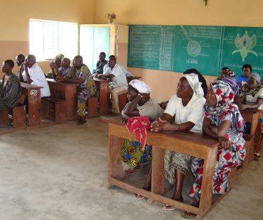 Actividad de sensibilización con madres y padres, en la escuela Esteban de Sirarou