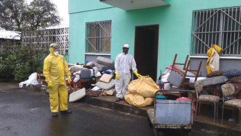Desinfección del hospital en Monrovia. Foto ONGD Juan Ciudad 2014